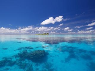 обои Голубая вода и oстров вдали фото