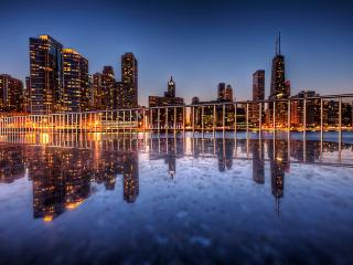 обои заграждение над водой и город вечерний фото