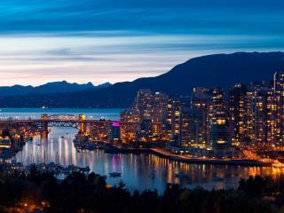 обои ночной город окружен горами фото