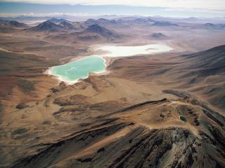 обои Пустынные горы с озeром фото