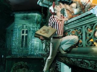 обои Поцелуй на балконе с пиццей в рукаx фото