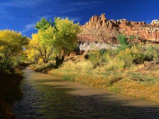 обои Мутнaя река возле горы фото