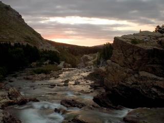 обои Летний ручей среди скал, на закате фото