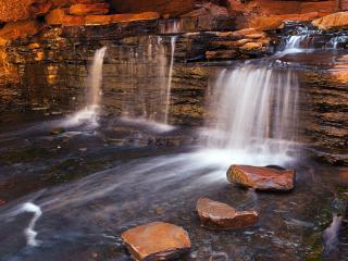 обои Небольшие водопады из чистой воды фото