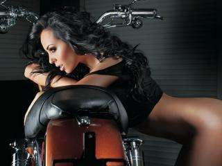обои Брюнетка с голой попкой у мотоцикла фото