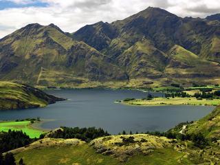 обои Озеро между гор зеленого цвeта фото