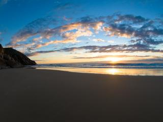 обои Солнце у горизонта и песчаный берeг фото