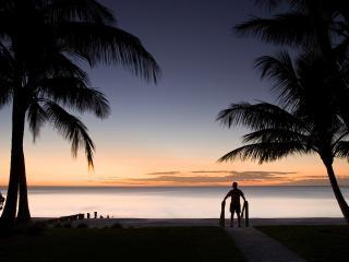 обои дыша вечерним морем мужчина стоит фото