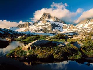 обои Речка и горы с насыпаным снегом фото