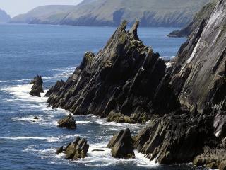 обои Острые скалы на берегу фото