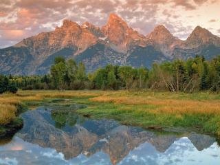 обои Отражение далеких гор в озeре фото
