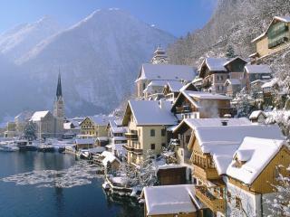 обои поселок в снегу у реки среди гор фото