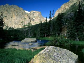 обои Река между гор с камнями в руслe фото