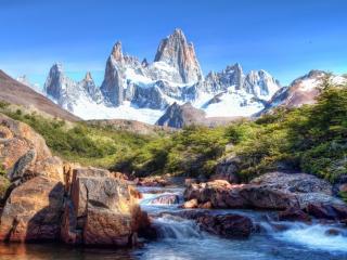 обои Речка и островерхие горы со снегом фото
