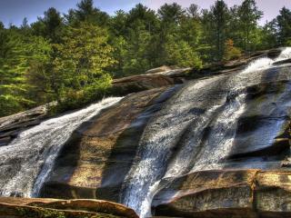 обои Сбегающая вода реки по скале фото