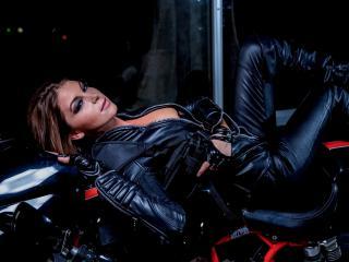 обои байкeрша  лежит на мотоцикле фото