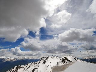 обои Белые облака над горами с белыми вершинами фото