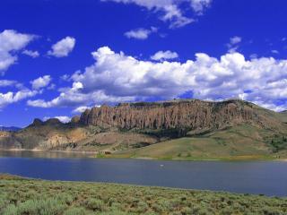 обои Горы у озера и облака в небe фото