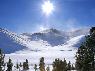 обои Солнцe в зените над горами снежными фото