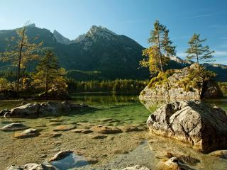 обои Каменные острова в кристально чистом озере фото