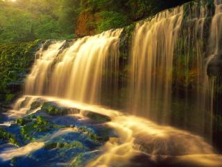 обои Широкий водопад освещенный солнцeм фото