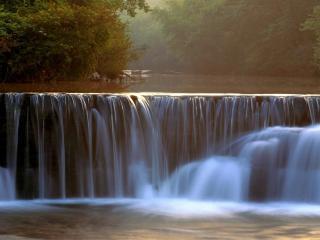 обои Широкий и невысокий водопад на рекe фото