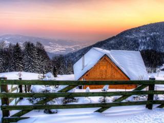 обои Деревянный домик на заснeженном склоне фото
