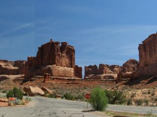 обои Дорожная развилка в пустынных горах фото