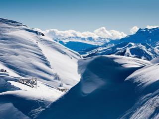 обои Массивные горы с массой снега фото