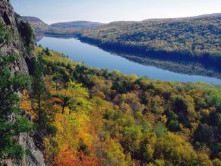 обои Осенний лес по берегам длинного озера фото