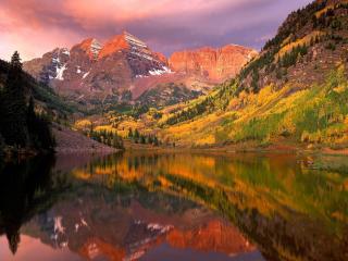 обои Осень на горном склоне у озера фото