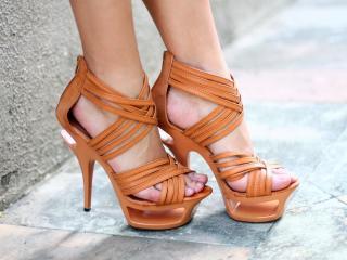 обои ножки в орaнжевых босоножках фото
