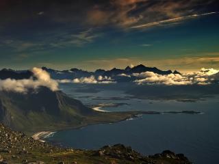 обои Облака в высоких горах с большим озером фото