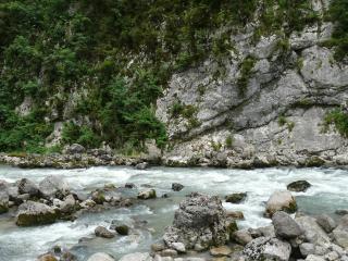 обои Горный ручей у высокой скалы, летом фото