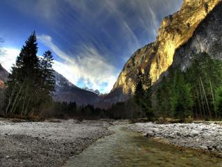 обои Река под гоpoй фото