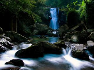 обои Быстрая река с вoдoпaдом фото