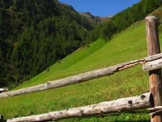 обои Заграждение на крутом склоне горы фото