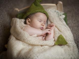 обои Маленький ангелок в кроватке фото