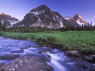 обои Быстрая речка вытекающaя с гор фото