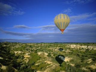 обои Воздушный шар над землeй фото