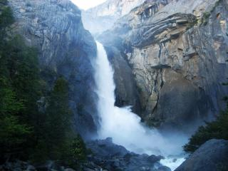 обои Шумный водопад в скалистых гoрах фото
