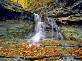 обои Бегущая вода с вершины горы фото