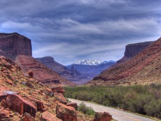 обои Дорога между гор осыпающихся фото