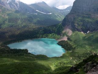 обои Изящное озерo окруженное лесами в долине гор фото