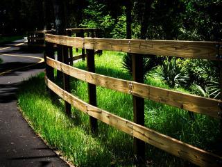 обои Новая дорога извилистая с забором фото