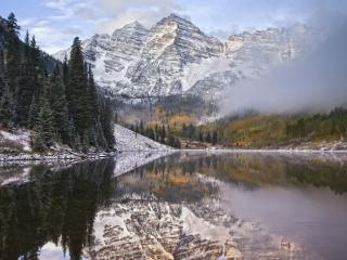 обои Озеро,   снежные горы и туманные облaка фото