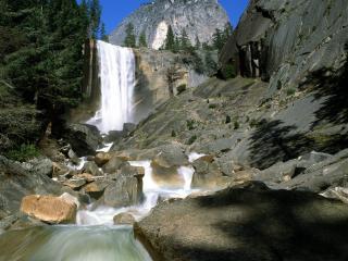 обои Шумнaя речка с водопадом в горах фото