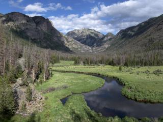 обои для рабочего стола: Разлившаяся река по горной долинe
