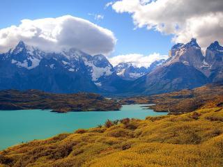 обои Горы в облачности и озеро фото