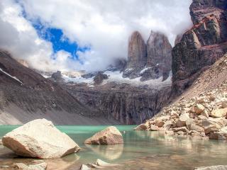 обои Камни кремового цвета в озере фото